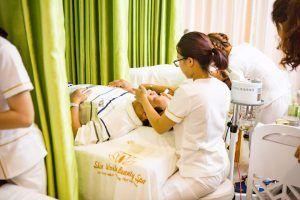 Khách hàng trị mụn tại Skin World Beauty Spa